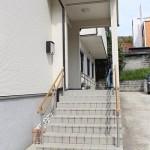 【入口階段】 こちらの階段から建物の中に入ります。