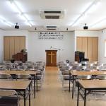 【礼拝堂】 会堂の中で一番広い部屋です。礼拝を始め多くの集会はこの部屋で行われます。