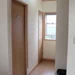 【トイレ】 1階に3つ、2階に1つ設置しています。1階には身体障害者用のトイレもございます。